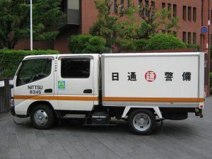 「日本銀行京都支店裏口前に停車中の現金輸送車(日通警備)」
