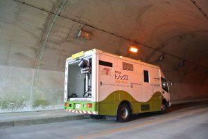 トンネル内部の点検を行うトノックスの特装車