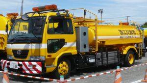国土交通省の散水車(Wikipedia より)