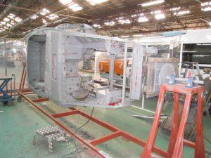 塗装現場ぼ実施教育では、配置転換直後の作業員が横から作業を見て、塗装ノウハウを学ぶ(トノックス工場にて)