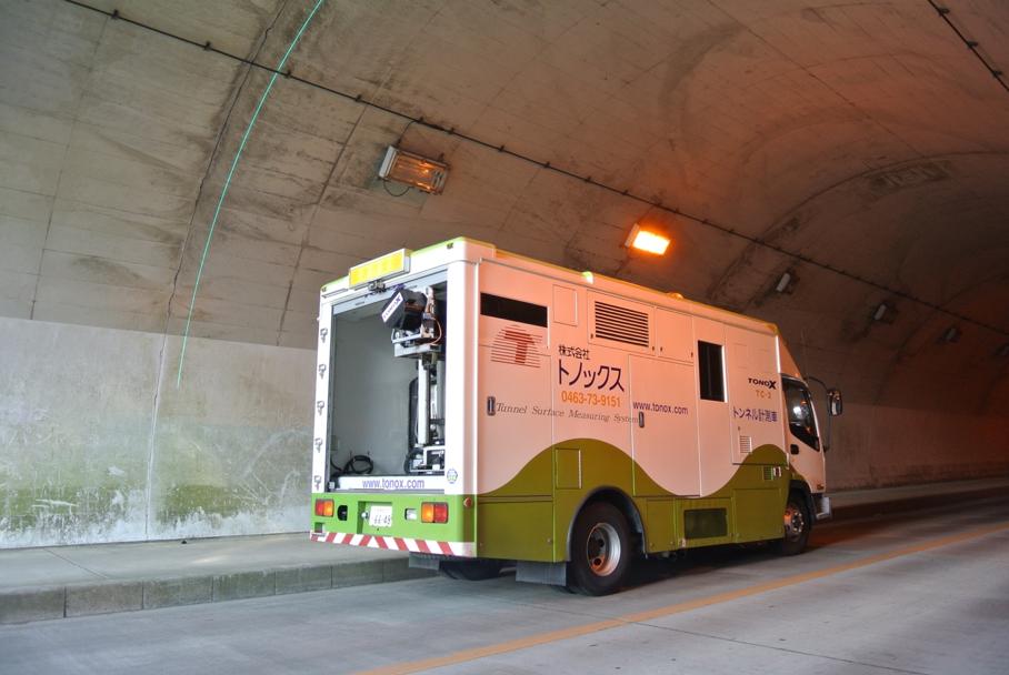 計測業務中のトンネル点検車「TC-2」と新型トンネル点検車「TC-3」