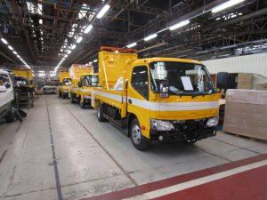 高速道路などで活躍する黄色い車体が鮮やかな標識車(トノックス工場にて)