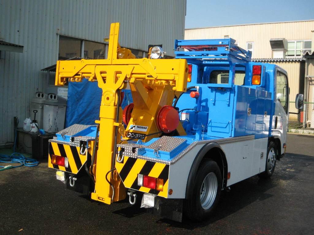 他の自動車の前輪あるいは後輪を吊り上げ、牽引するための装置を持つレッカー車