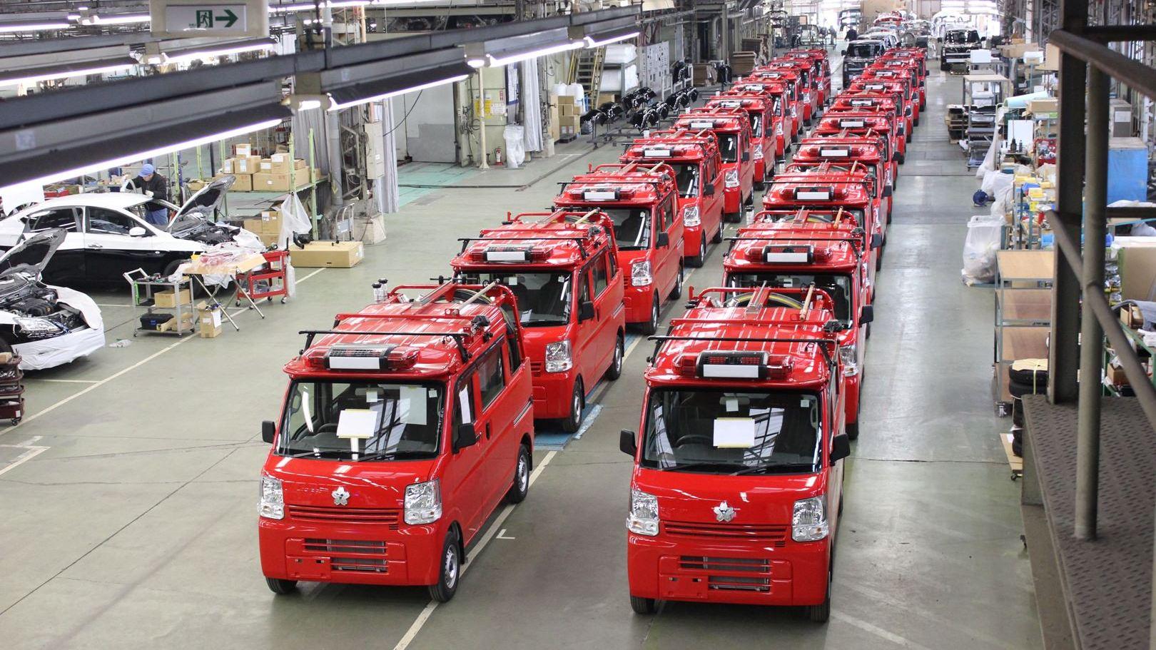 鮮やかな赤い車体の軽消防車(トノックス工場にて)