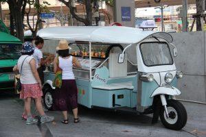 バンコク タイ 2015年4月16日: プラチナファッション モール近くの駐車場。フード トラックからアイス クリームを買う観光客。