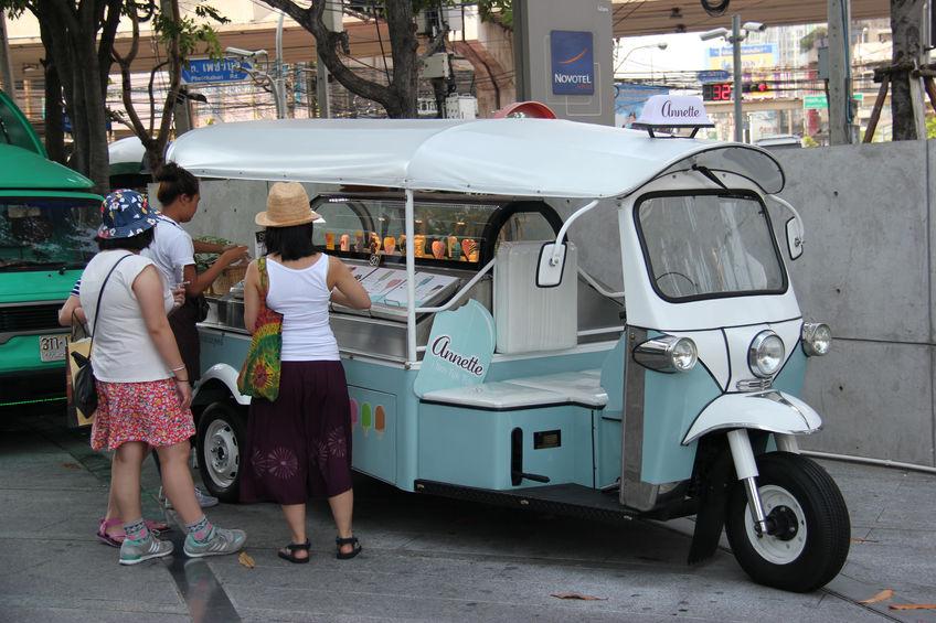 バンコク タイ 2015年4月16日: プラチナファッションモール近くの駐車場。フードトラックからアイス クリームを買う観光客。