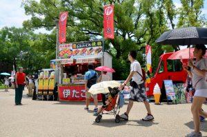 2015 年 7 月 10 日 大阪府の大阪城にて旅行者むけのアイスクリーム販売・たこ焼き 販売のキッチンカー
