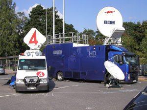 イギリス、BBC と、スウェーデン、TV4 のSNG 中継⾞
