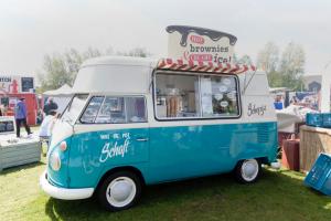 通称ワーゲンバスと呼ばれるフォルクス・ワーゲン社の商用バス (オランダのキッチンカーのお祭り AMSTERDAM NETHERLANDS MAY 17 2015年: フォルクスワーゲン T1 アイス クリーム トラック)