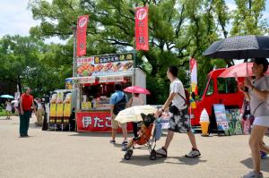 2015年7月10日 大阪府の大阪城にて 旅行者むけのアイスクリーム販売・たこ焼き販売のキッチンカー