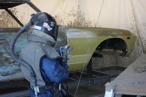 塗料の噴霧により塗装されている車体(トノックス工場にて)