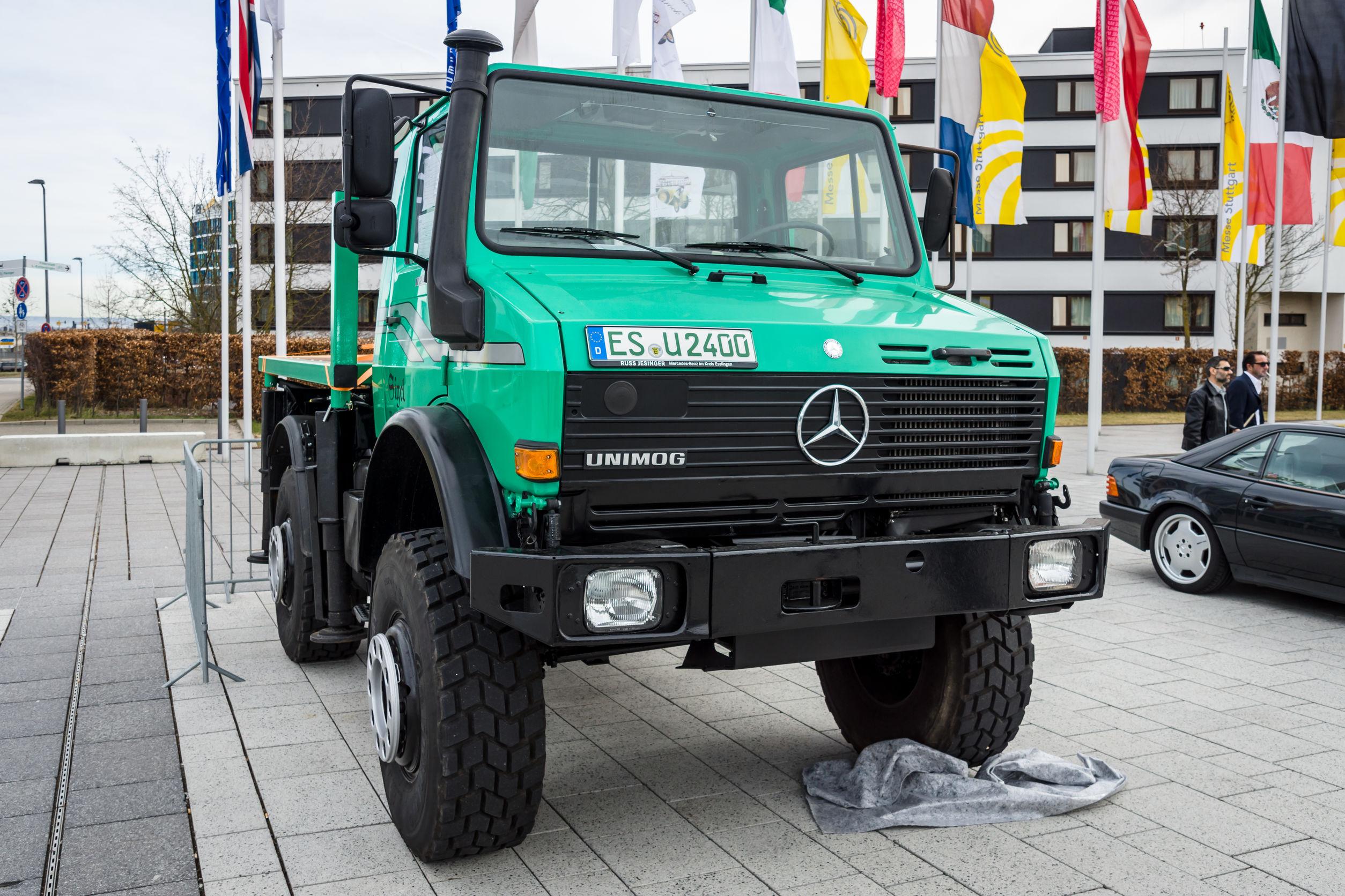 シュトゥットガルト, ドイツ - 2017年3月4日: 多目的全輪駆動トラックウニモグ U2400 2000(ヨーロッパの最大の古典的な車の展示会「レトロ クラシック」にて)