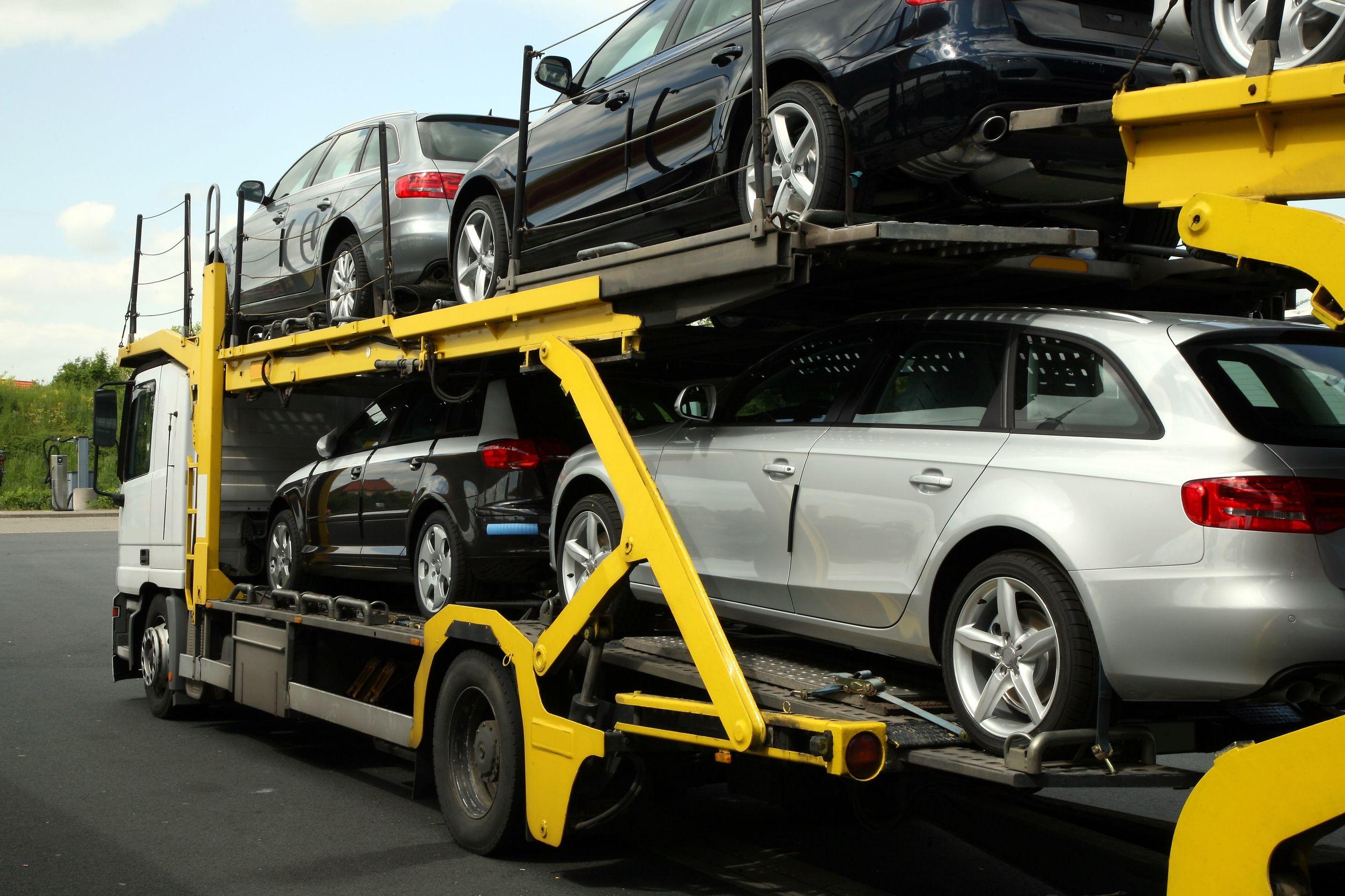 輸入車を運ぶセミトレーラー