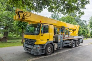 黄色の移動式クレーン車